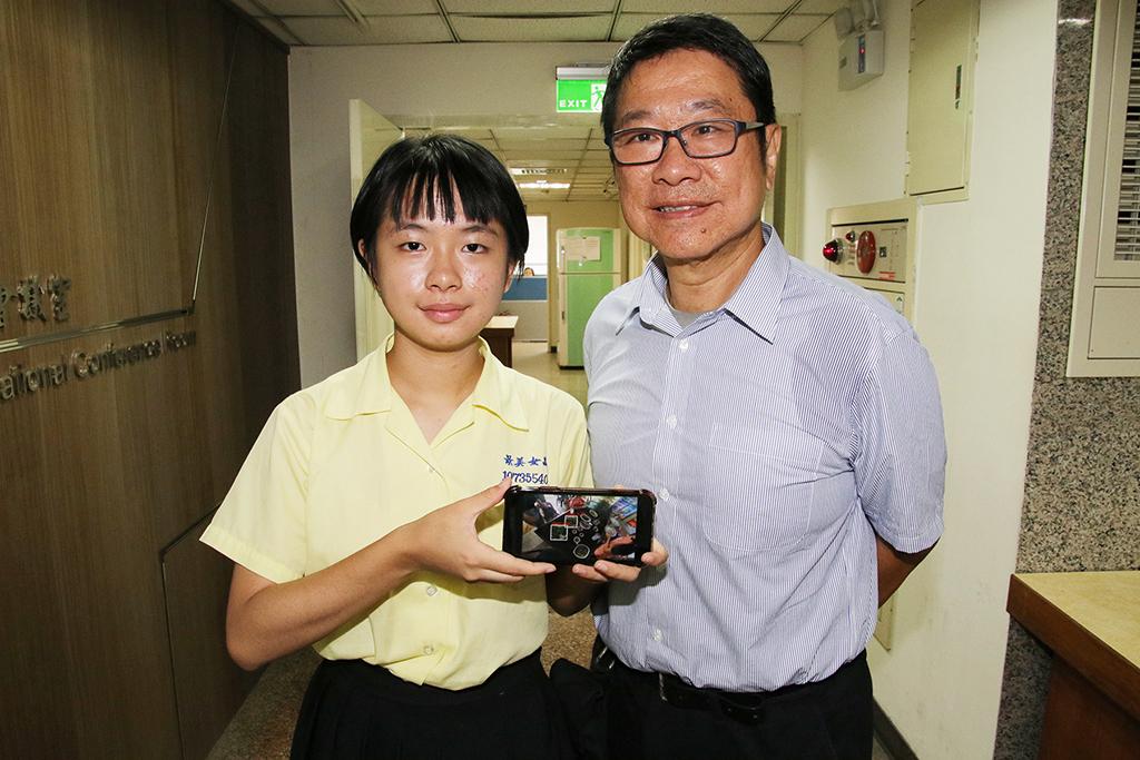 陳翎(左)使用YOLO軟體辨識母國傳統菜餚,父親(右)從旁指導協助。
