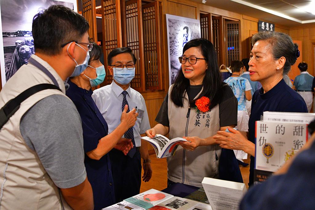 新北市中和區公所主任秘書粟杏英參觀喜閱書展。