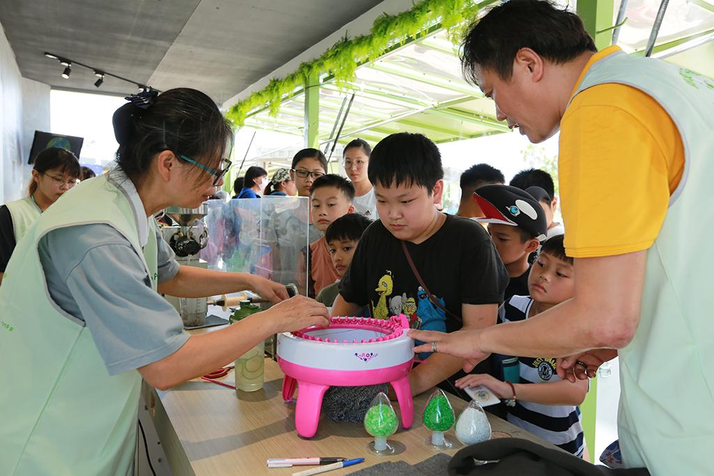 慈濟「行動環保教育車」在嘉義縣市參展吸引不少排隊人潮。