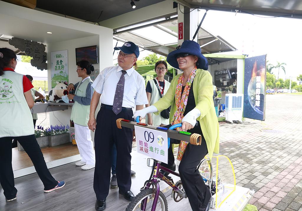 雲林縣副縣長謝淑亞與雲林縣環保局團隊,特地前往嘉義參觀慈濟「行動環保教育車」並闖關體驗。