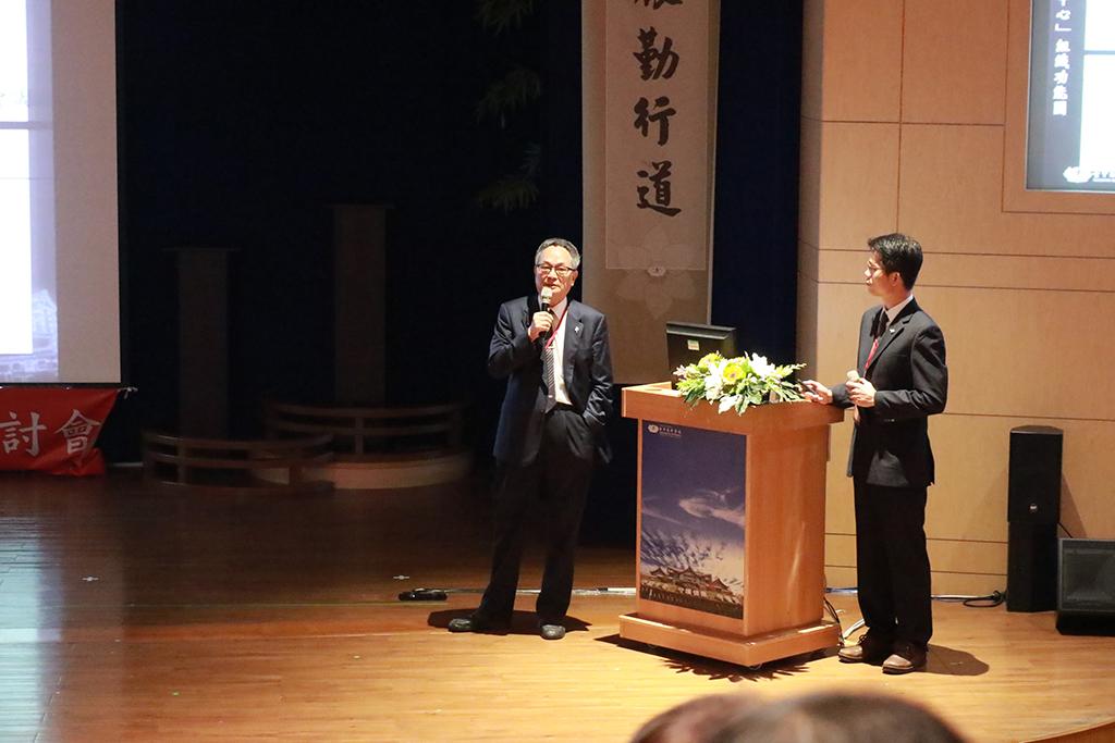 臺中慈濟醫院副院長王人澍與藥師曾樹城,分享中醫臨床治療皮膚炎案例。