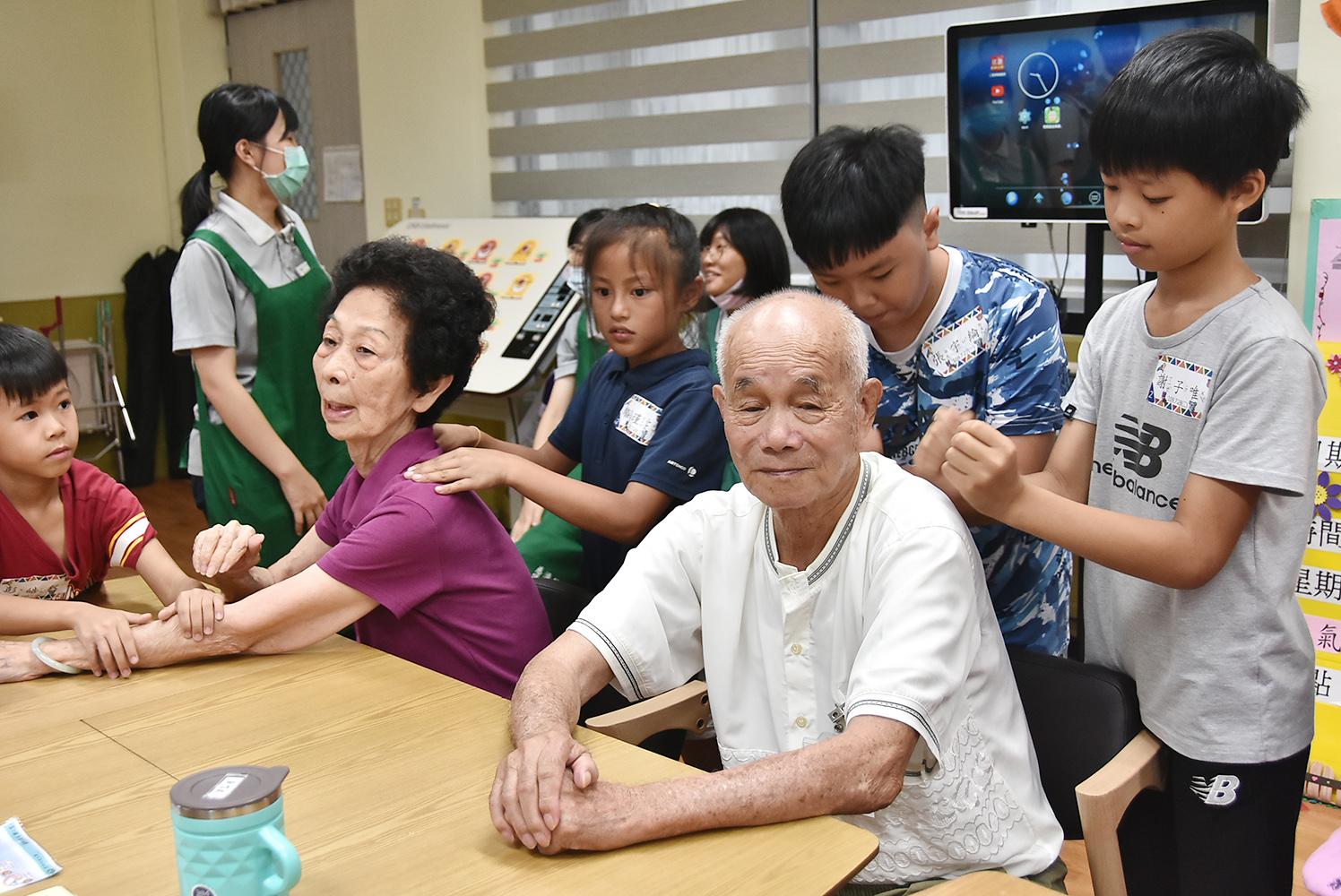 活動空檔安排小朋友幫瑞智憶學苑的阿公阿嬤按摩。