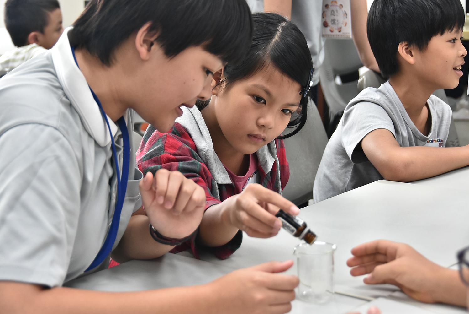 慈濟科技大學生帶領小朋友自製天然防蚊液。