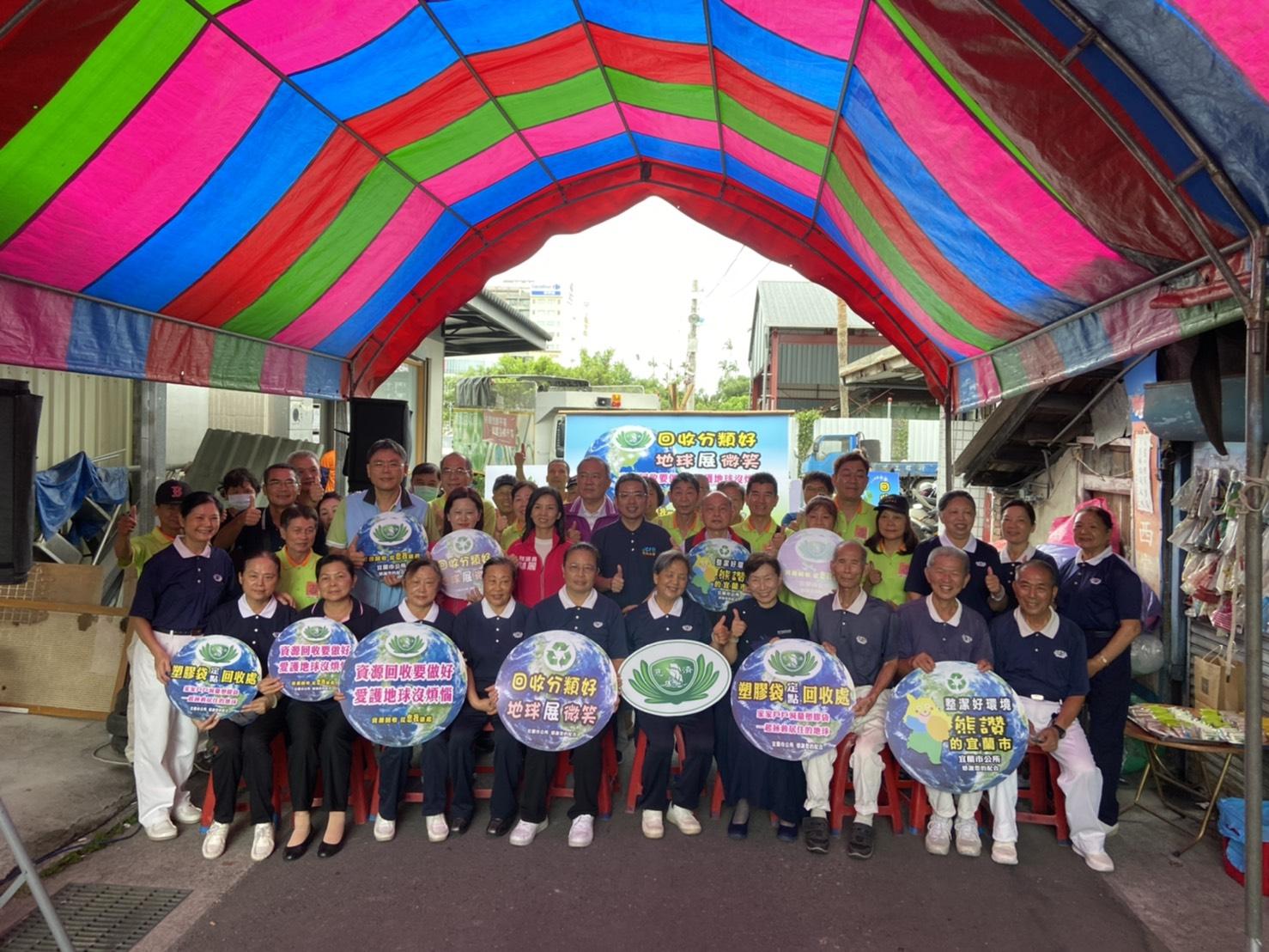環保愛地球,人人有責,宜蘭市長江聰淵鼓勵大家做好分類回收,少用塑膠袋。(慈濟基金會)