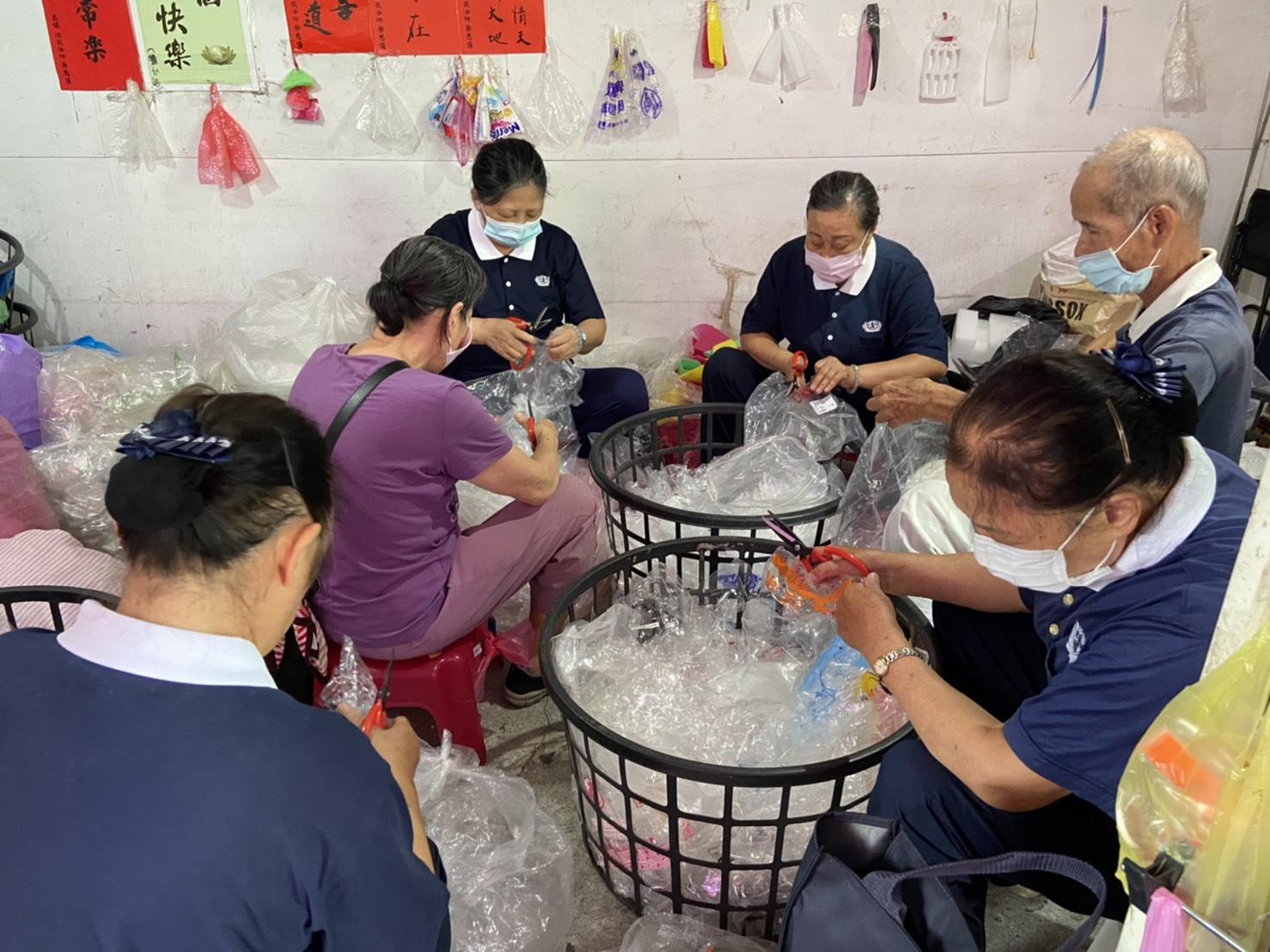 環保志工們每天一早就齊聚在塑膠袋回收站,開始進行分類和回收的工作。(慈濟基金會)