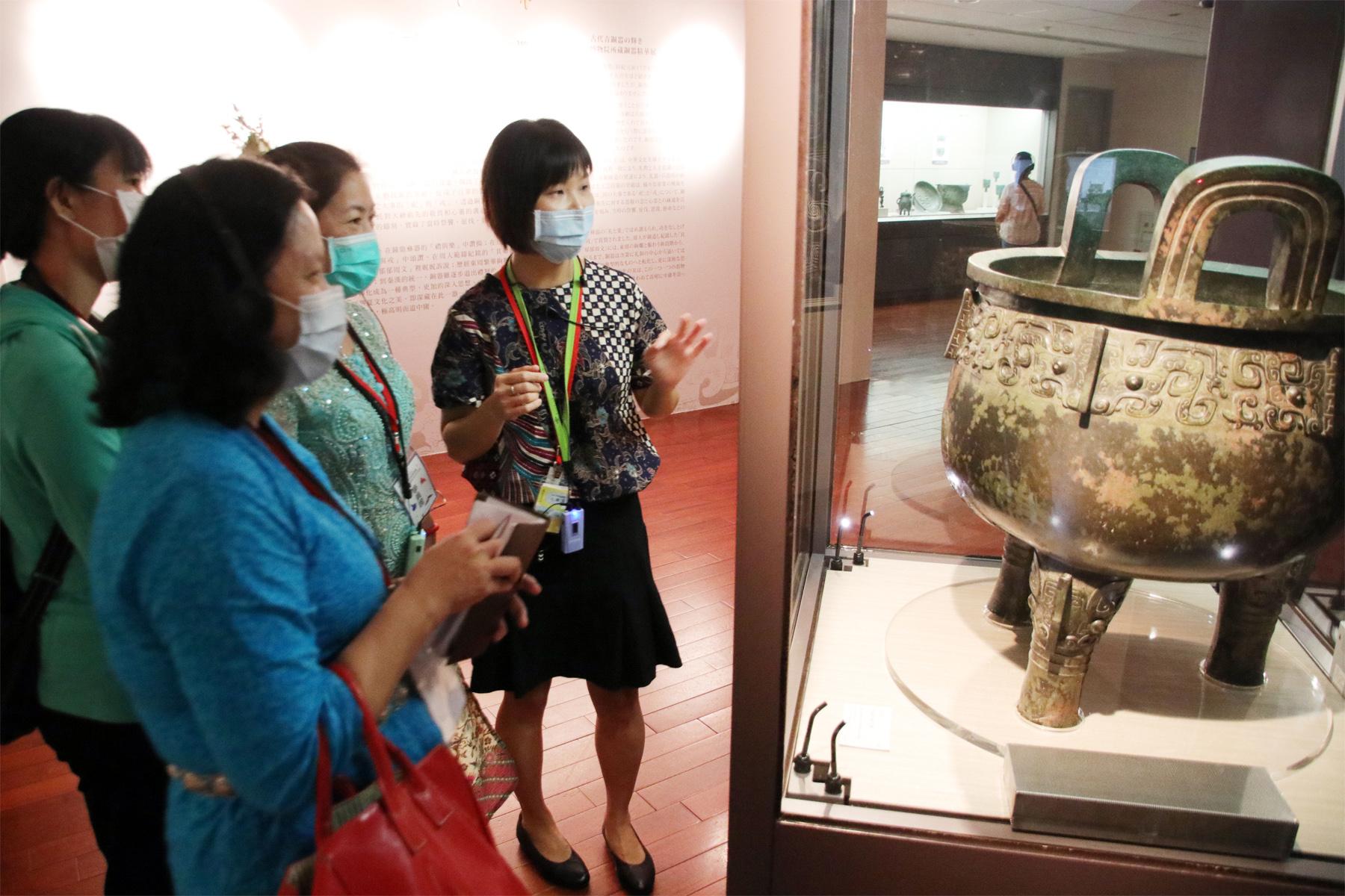 印尼新住民吳曉雯(右1)介紹商朝青銅食器「祖己鼎」,用生動的方式解說。