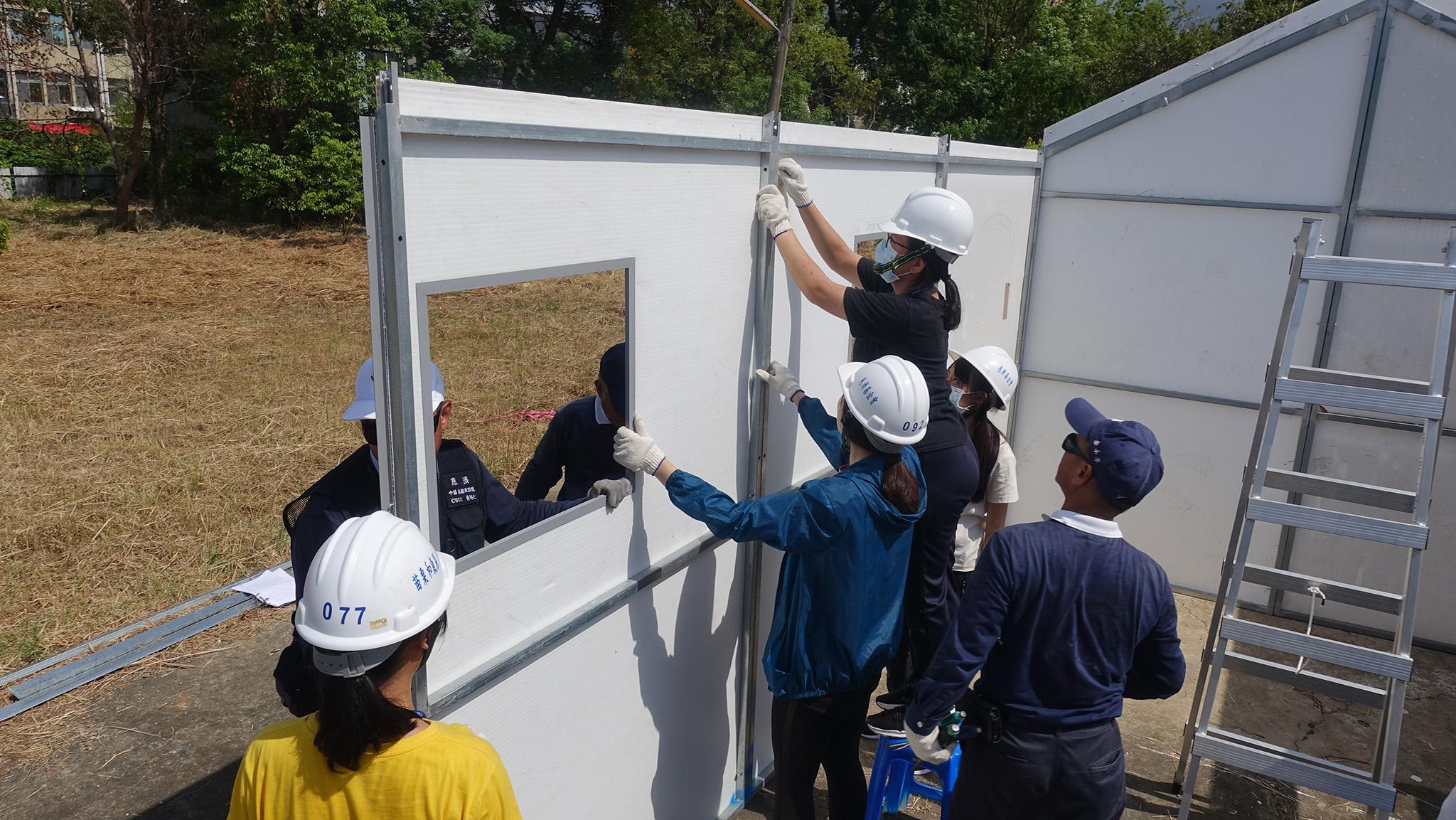 「2020年救將!防救災體驗營」8月8日下午移師苗栗慈濟展開分組體驗與設備操作,住屋組在慈濟急難救助隊志工指導下,親手蓋組合屋。