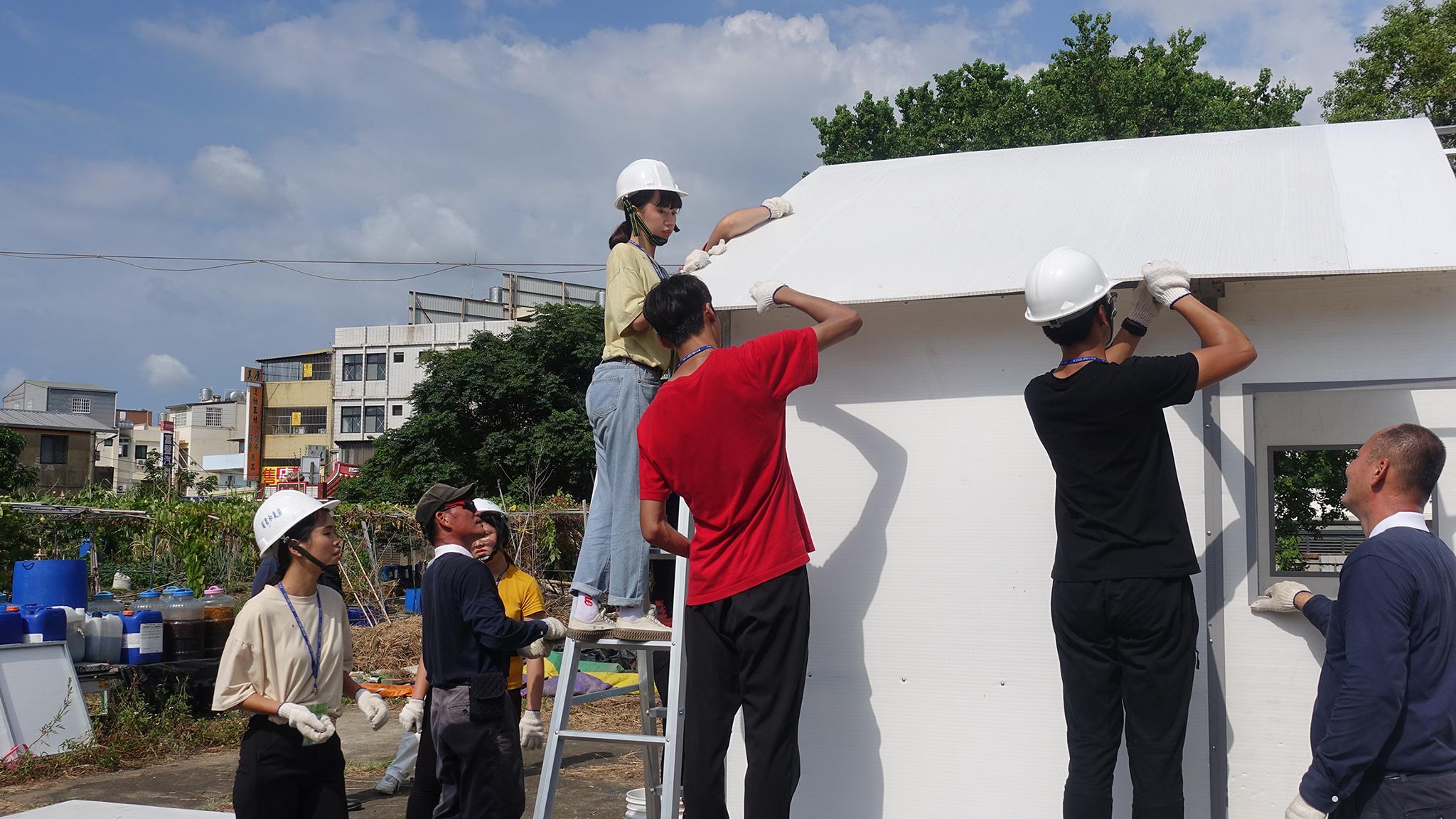 林淨蓮認為組裝房子要有力氣、耐心、團隊合作,感恩慈濟急難救助隊的志工教學。