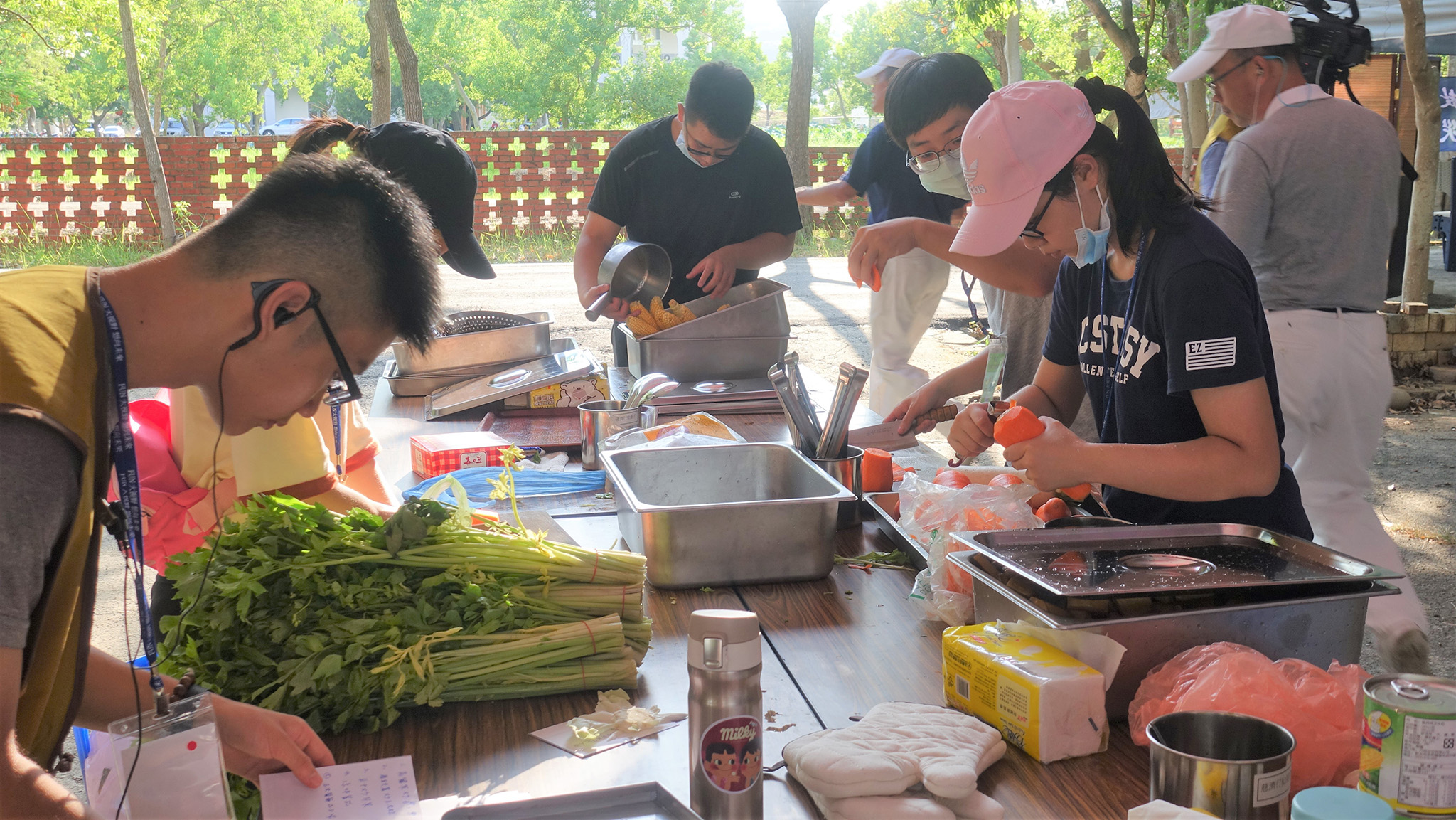 模擬救災現場提供熱食的餐食水暖組,這群年輕人要用有限的食材、調味料完成四道菜。