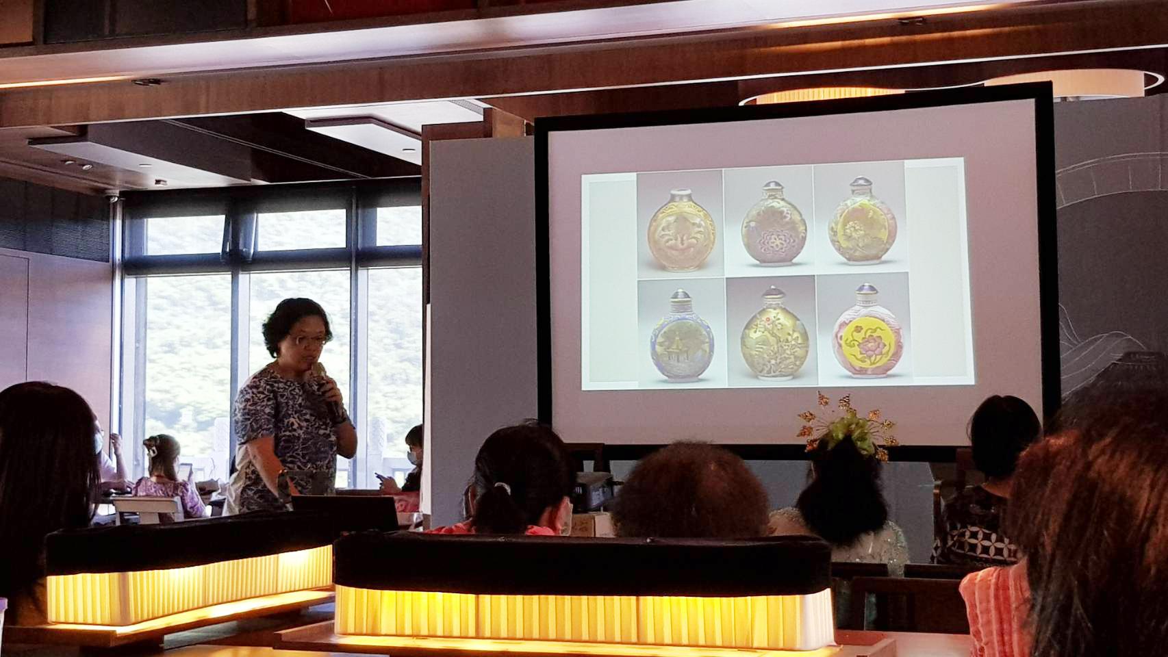 清朝流行鼻煙壺,瓶身可彩繪,是一種深具藝術價值的「擴香瓶」。