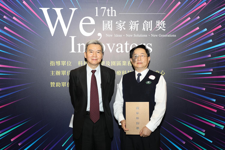 花蓮慈院臨床病理部主任陳立光(右)與團隊找出「超級細菌的剋星-噬菌體清潔劑」,在今年二度獲得新創精進獎殊榮。