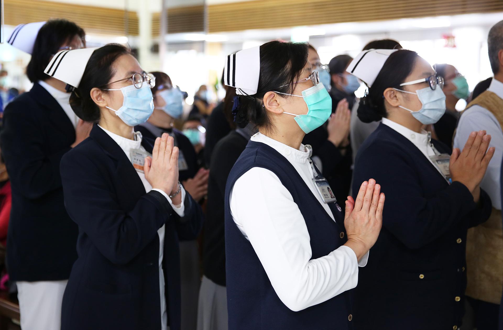 花蓮慈濟醫院護理人員誠心祈禱疫情盡速獲得控制。