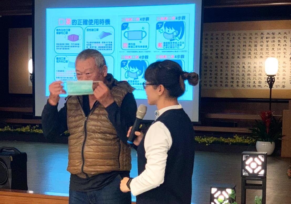 花蓮慈濟醫學中心感控護理師張淑萍教導大家如何使用口罩,並示範說明。