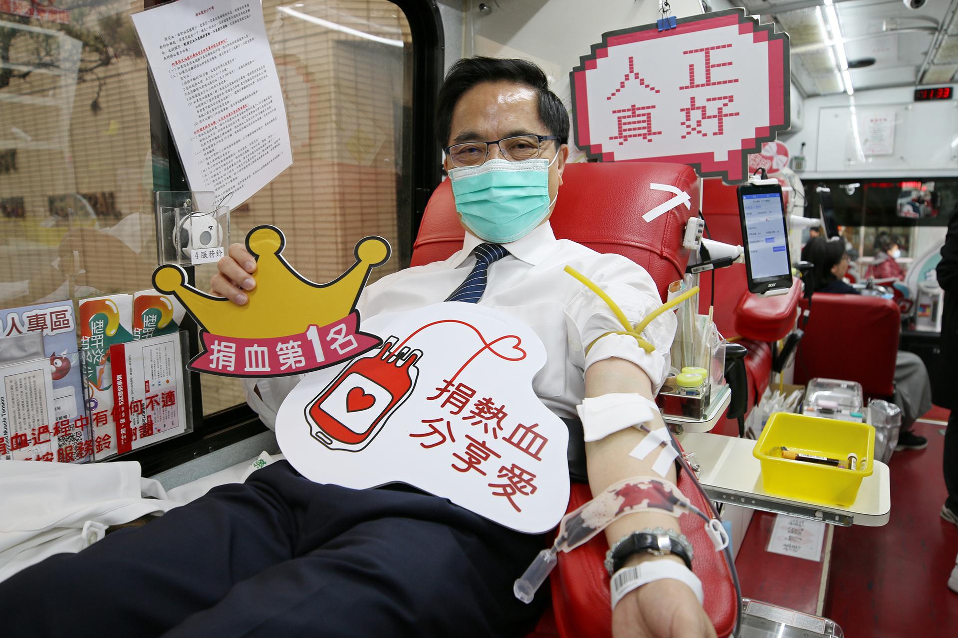 趕在捐血年齡六十五歲上限前來捐血的林欣榮院長表示,非常感恩院內同仁相互邀請,挽袖緩解血荒。