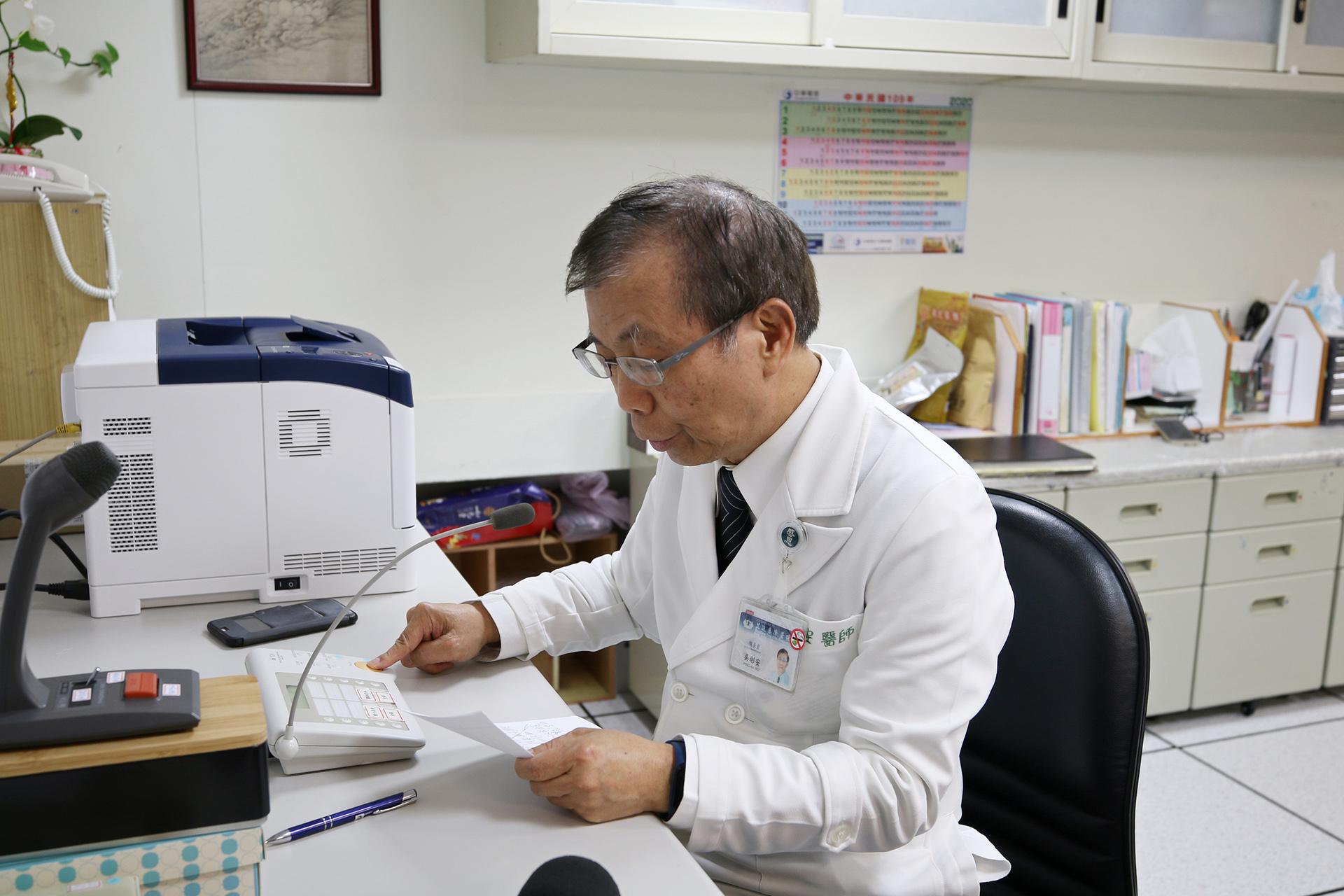 花蓮慈院副院長吳彬安,透過全院廣播系統,邀約醫院同仁、志工與民眾一起發揮大愛精神,挽袖捐血。