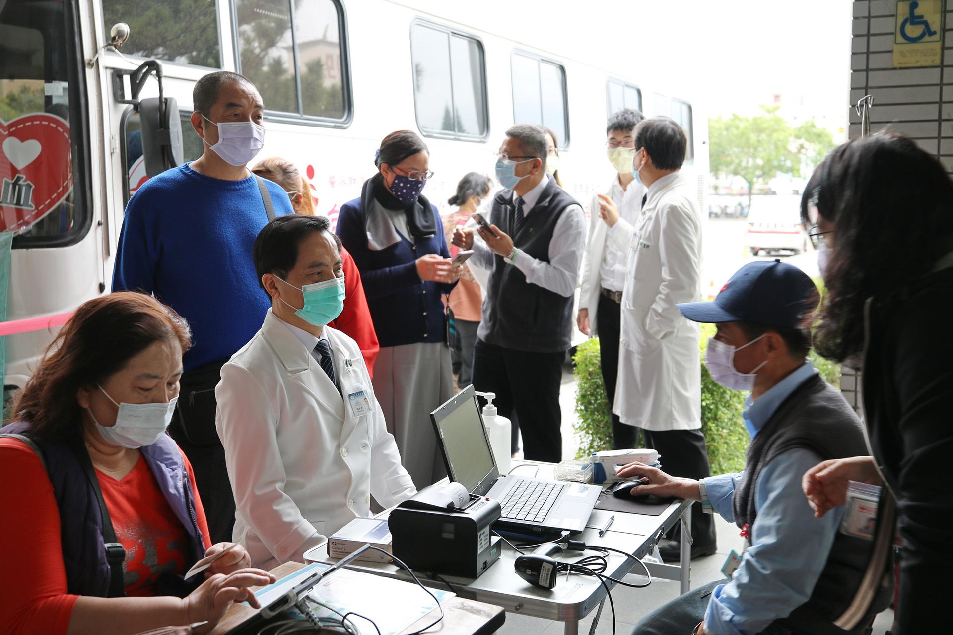 除了醫護同仁,還有行政同仁、慈濟志工與陪伴家人就醫的鄉親,也紛紛挽袖「捐熱血、分享愛」,希望能用袋袋熱血補足血庫。