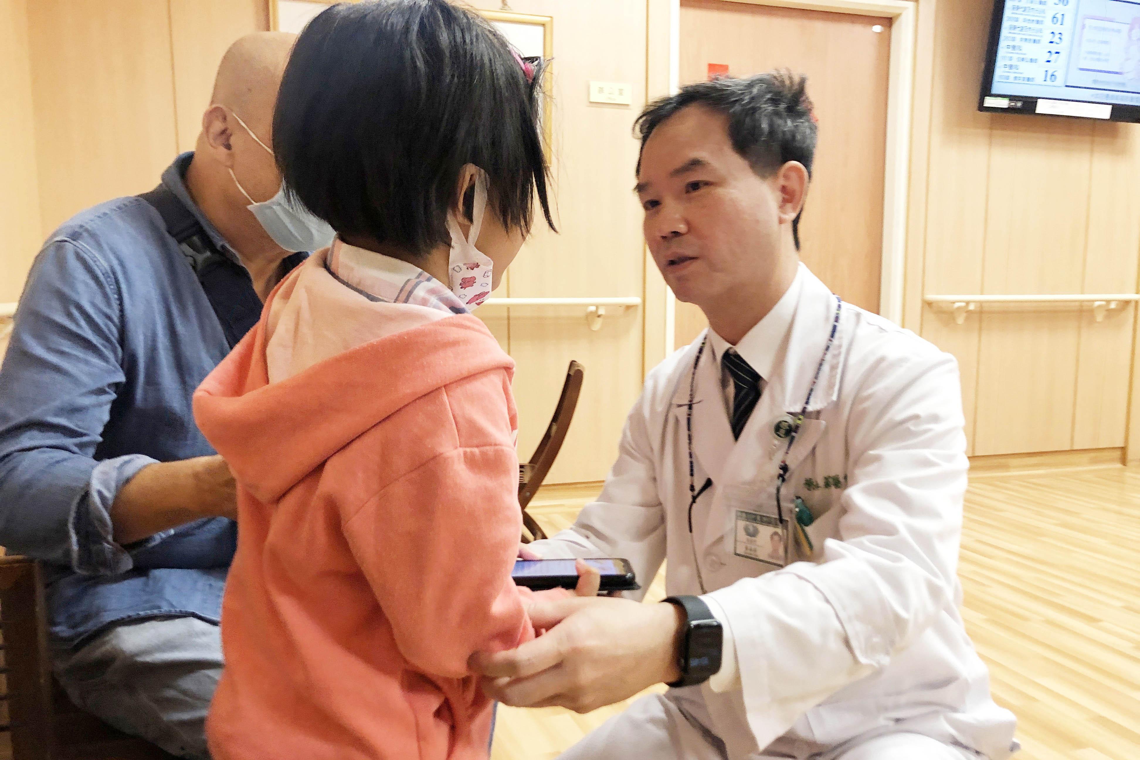 復健科主任蔡森蔚關心女童復健狀況。