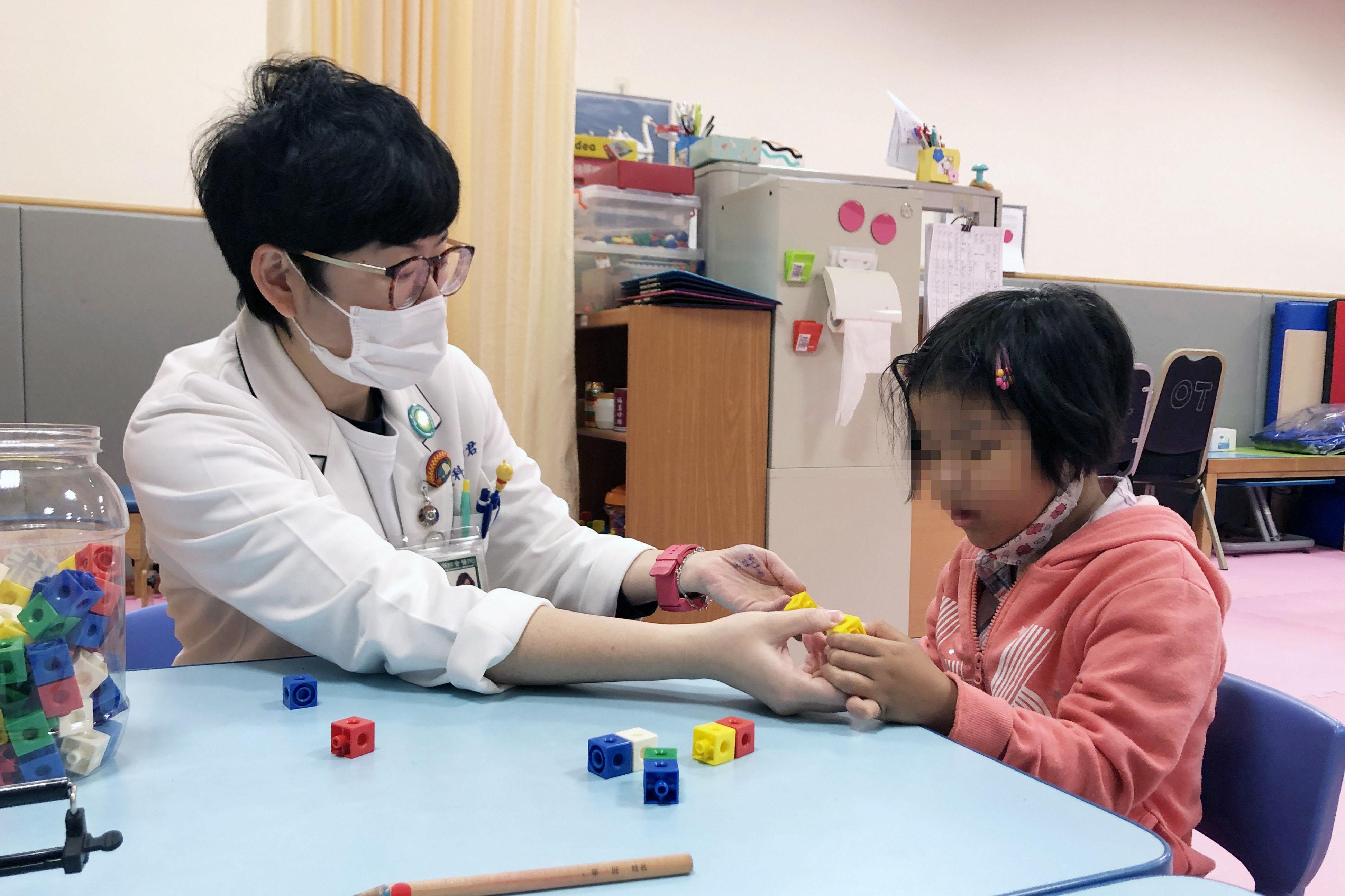 女童接受復健職能治療。