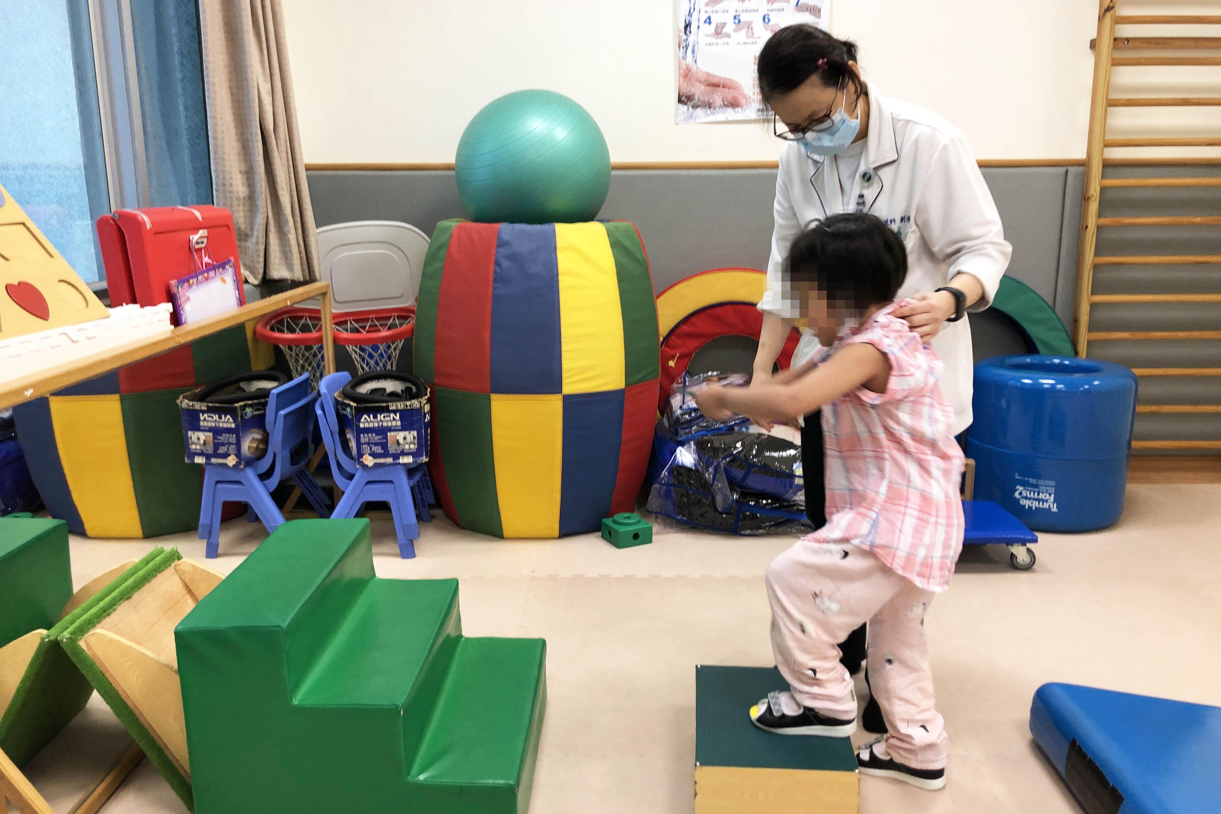 女童接受復健治療。