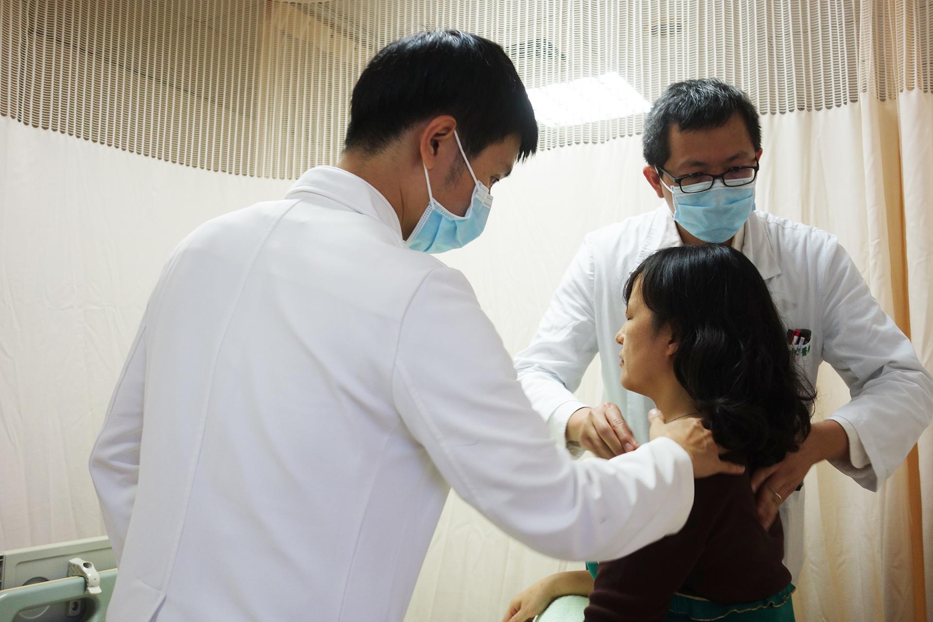 高允中醫師為病患看診
