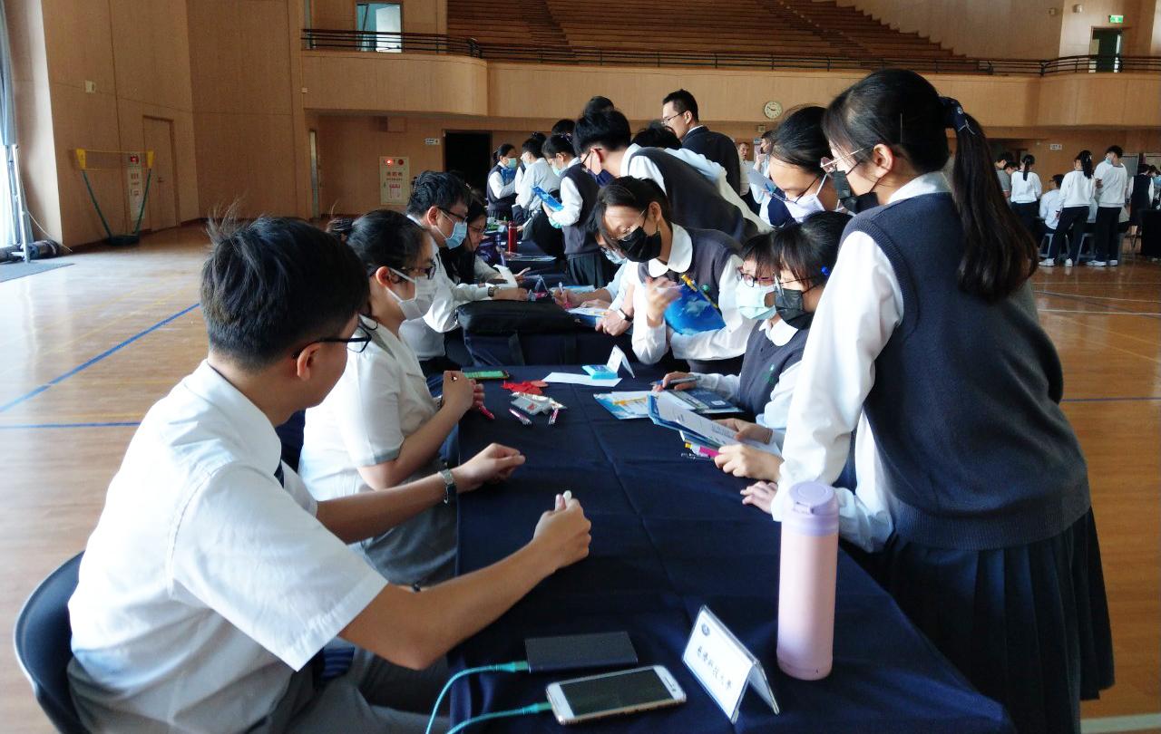 高三學生們向慈科大學長姐諮詢課程內容及生涯發展。