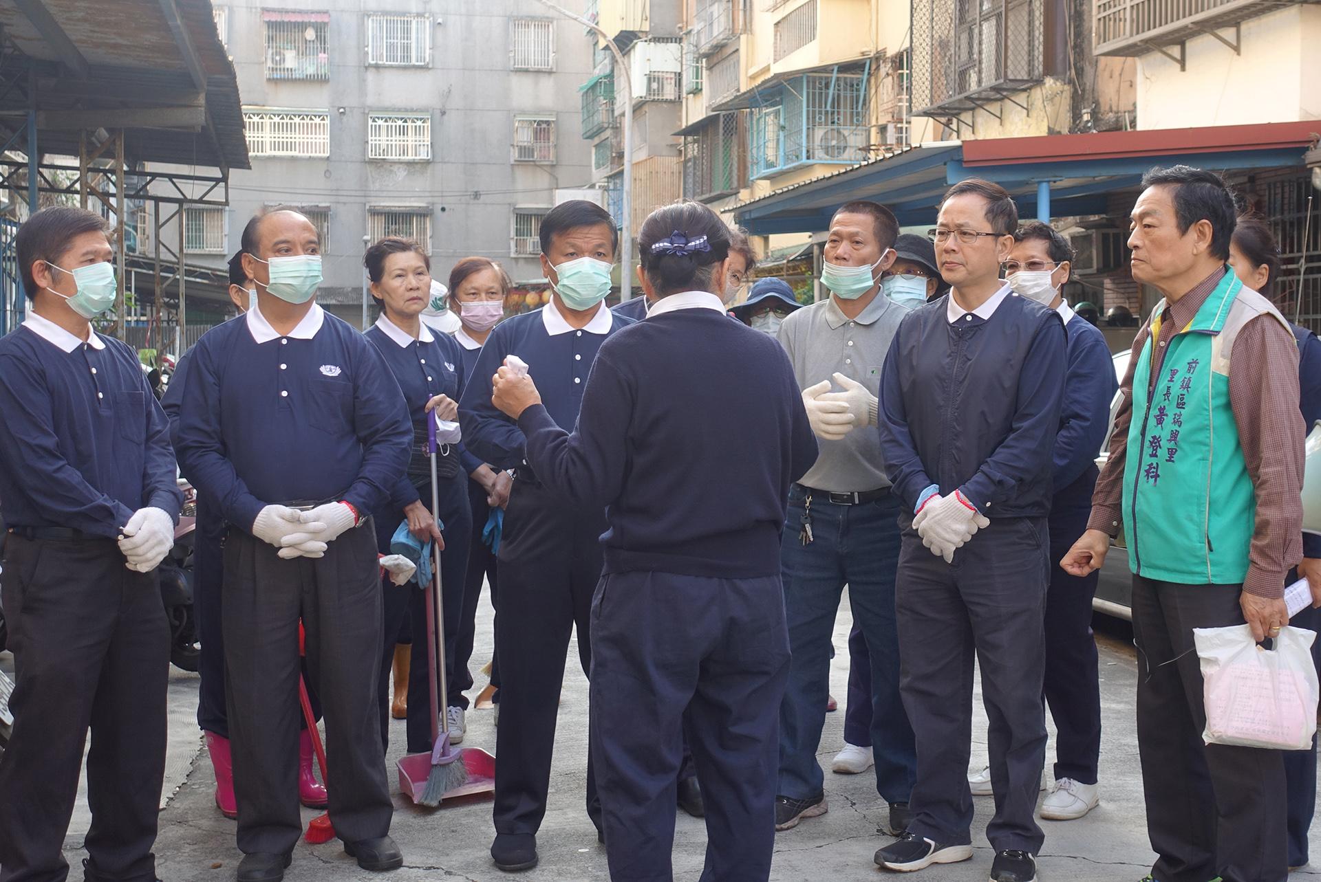 1月13日上午8點,30位慈濟志工拿著打掃工具,前往吳爺爺家清掃。