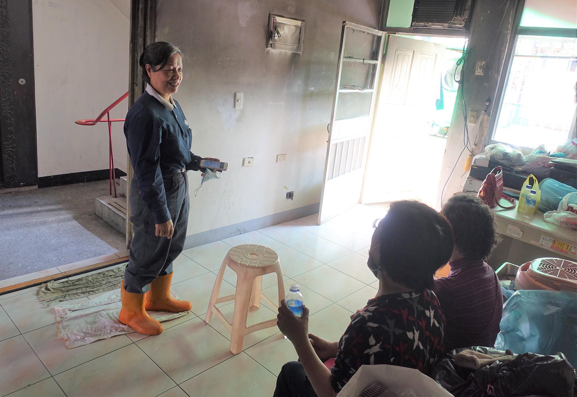 志工清理後,住吳爺爺家附近的姊妹表示,終於有乾淨的椅子可以坐下來。