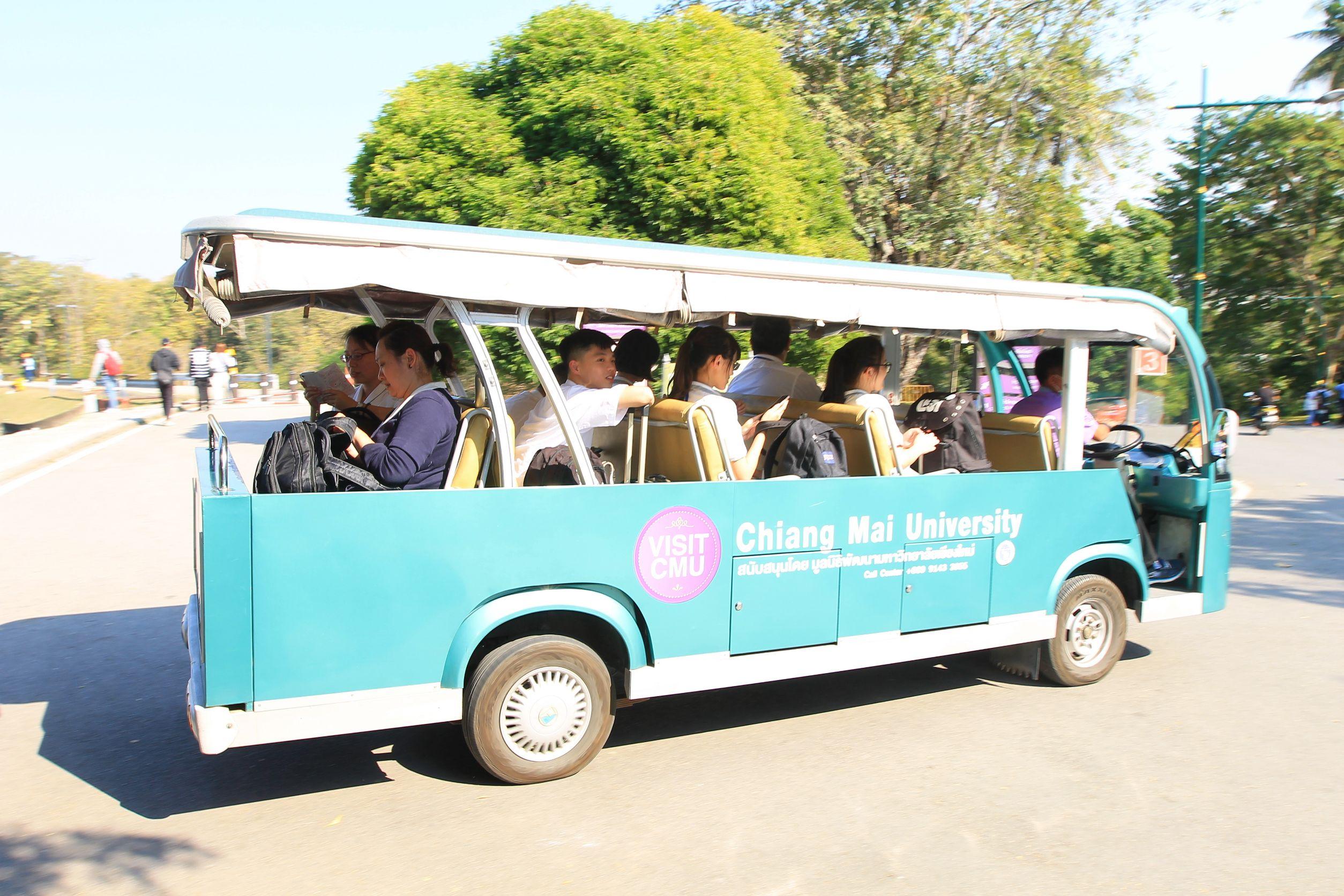 國際接待服務隊搭游園車參訪清邁大學