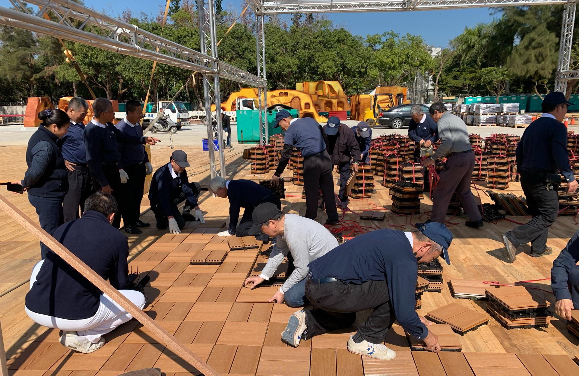 慈濟基金會應臺中市政府之邀,在后里森林園區「A11好神宗教燈區」設置展位。展區地板用廢棄紡織品製成的環保塑木鋪設,讓資源循環利用。