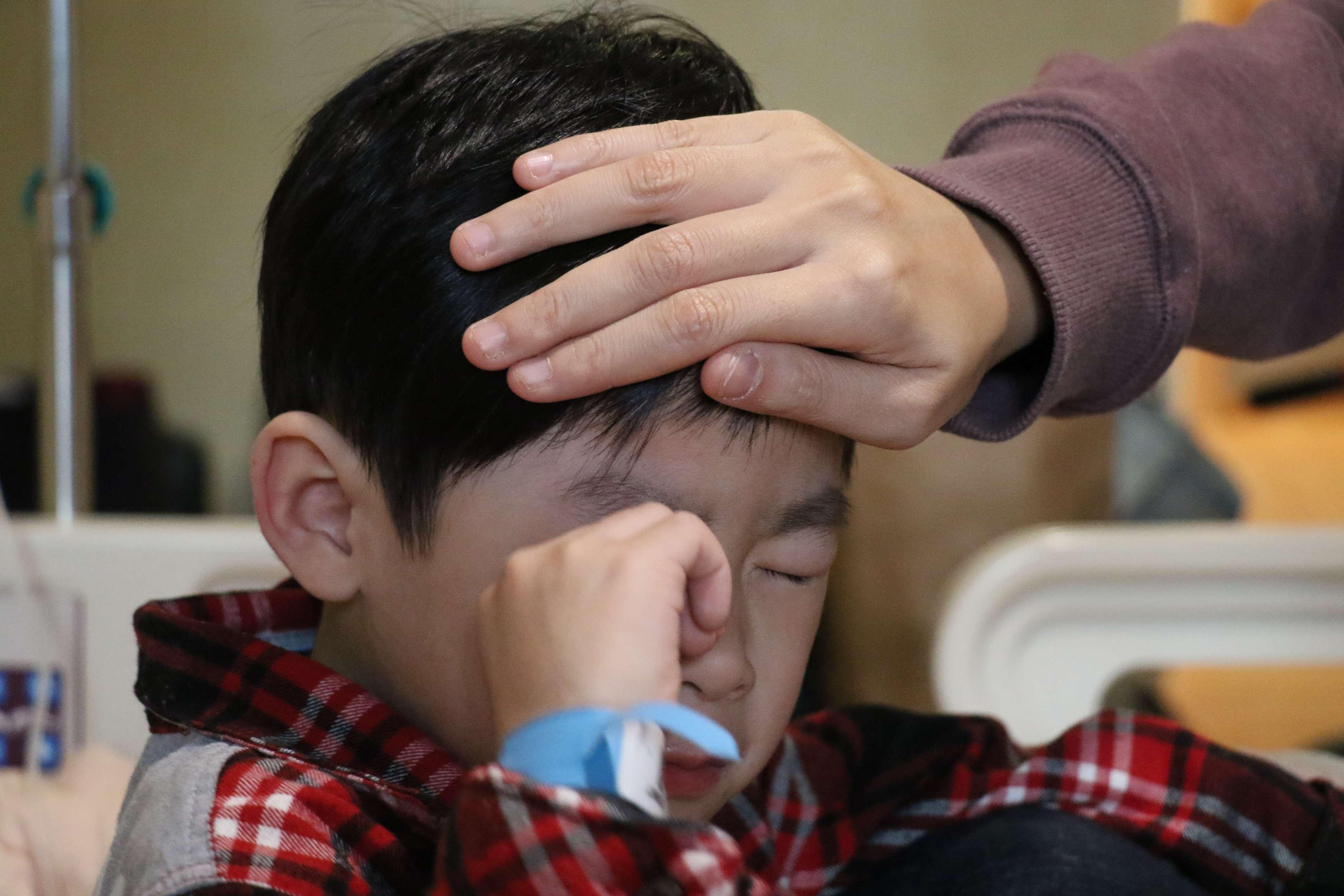 小朋友若疑似發燒症狀,千萬不要只用手測量溫度。