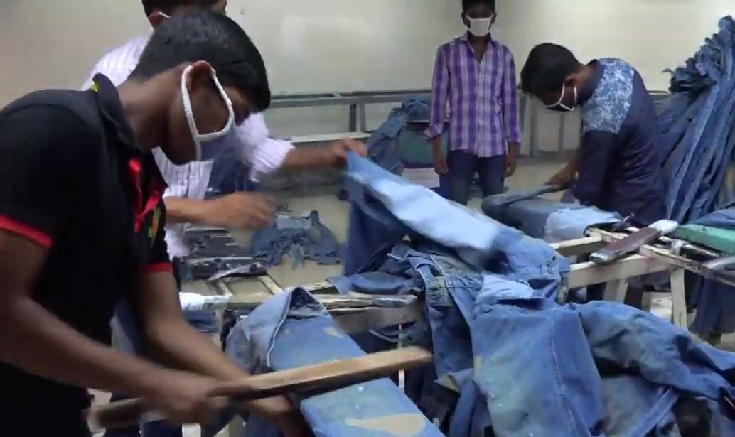 於是 Story Wear 將回收卻賣不出去的牛仔褲,升級再造,重新製成單寧時尚商品。