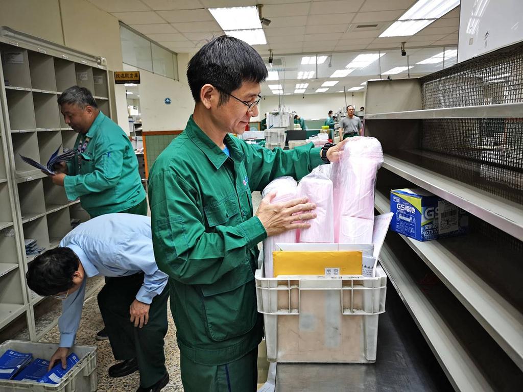 嘉義郵務士疫情期間投入運送口罩、酒精作業。