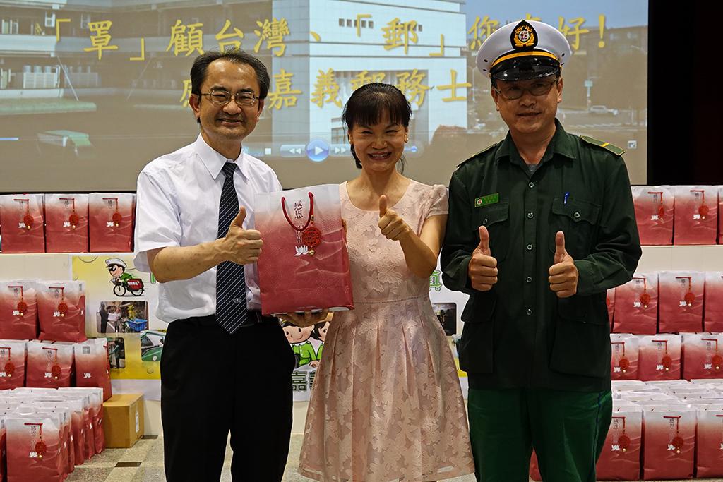 由大林慈濟醫院醫秘林庭光(左)代表致贈500份感恩祝福禮給嘉義郵局副局長謝麗惠(中)。