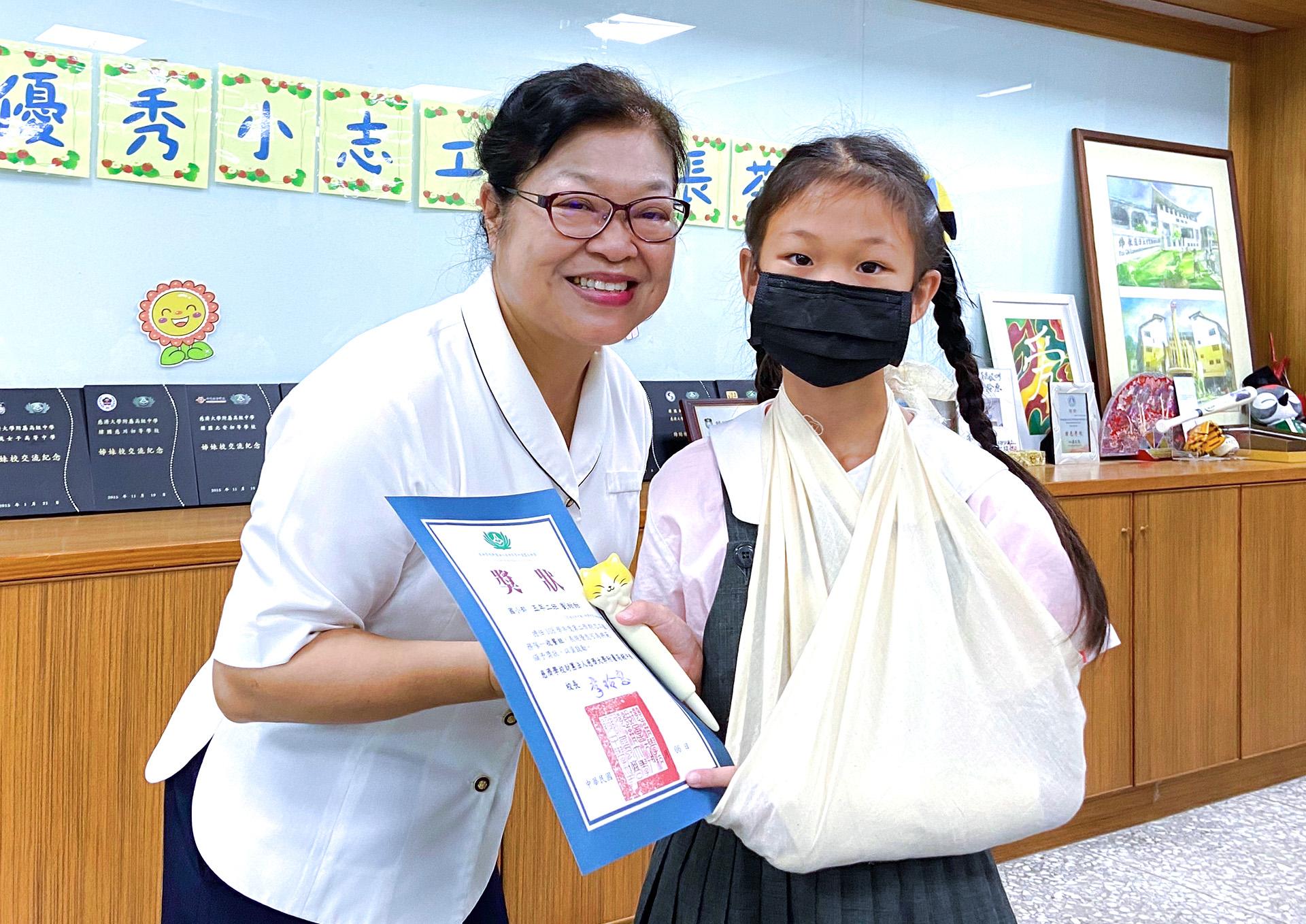 劉甜甜因收餐時不小心弄傷手,即使受傷仍願意繼續服務,她說:「服務過程是快樂,能學習包容與感恩,只要我能力所及,我要繼續幫助別人。」