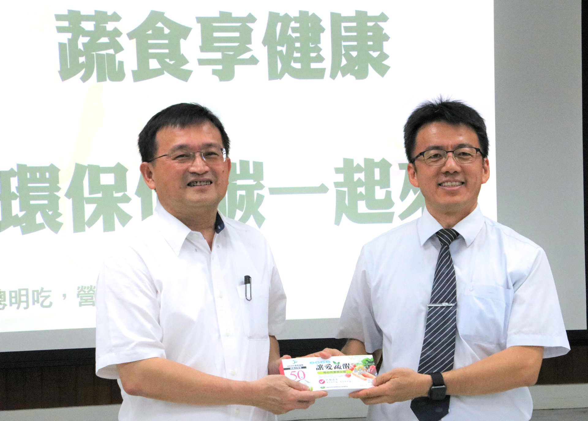 慈濟志工提供「蔬食券」,邀約大家到加入活動的台南2百多家蔬食店用餐,即享有折價。