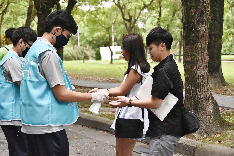 因應防疫,免試生進校園前先乾洗手。