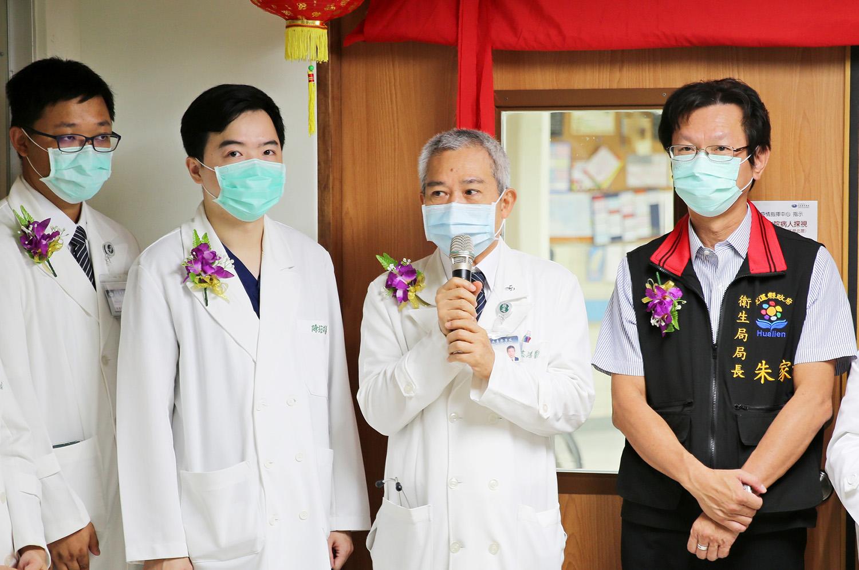 負責協調各單位事項的王志鴻副院長表示,整合醫學急診後送病房,最先受益的就是在急診候床等待醫療的民眾,另外一個其實就是急診第一線醫師。