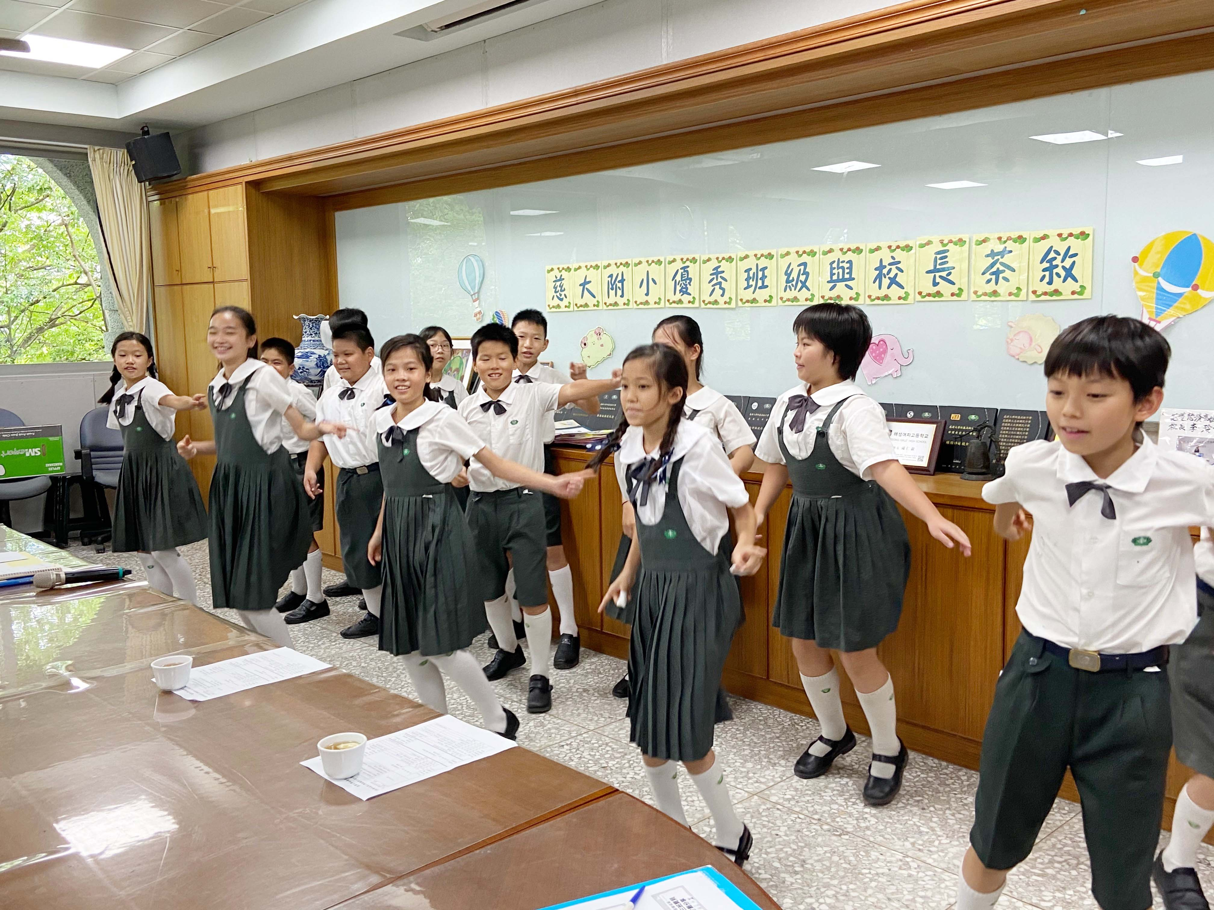 學務處訓育組蕭幸青組長表示,慈大附小重視生活教育,每週都實施班級整潔、秩序、禮貌、儀容各項評比,以養成學生良好生活習慣。