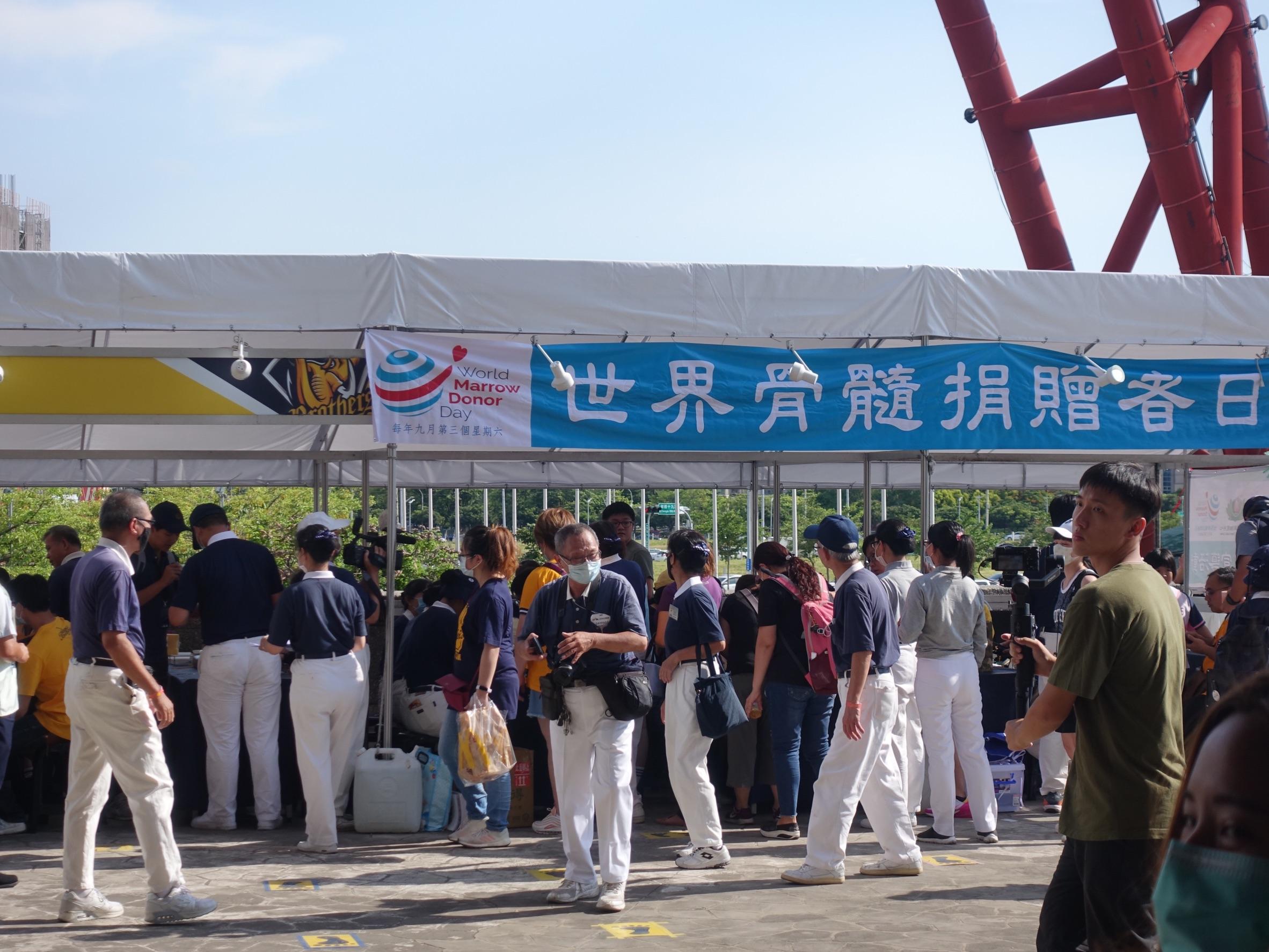 7月11日中職邀請慈濟在台中洲際棒球場推廣骨髓幹細胞建檔,傍晚立刻集滿超過100支。