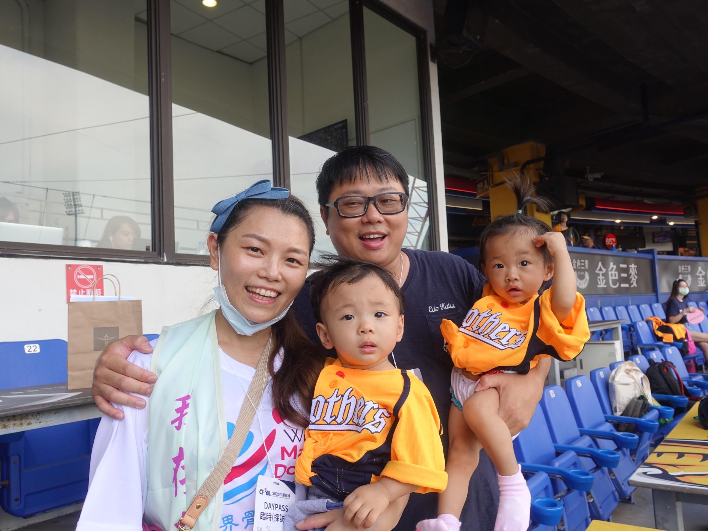李亞倪(左)與先生帶著1歲多的龍鳳胎前來台中洲際棒球場,以自己恢復健康的經驗鼓勵病友。