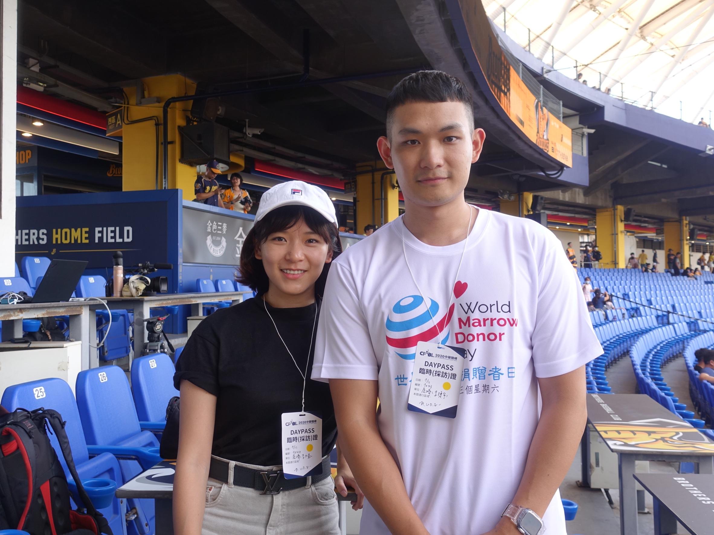 李捷宇(右)與姊姊前來台中洲際棒球場,李捷宇表示之前比較常打籃球,今天也特別連練習開球。