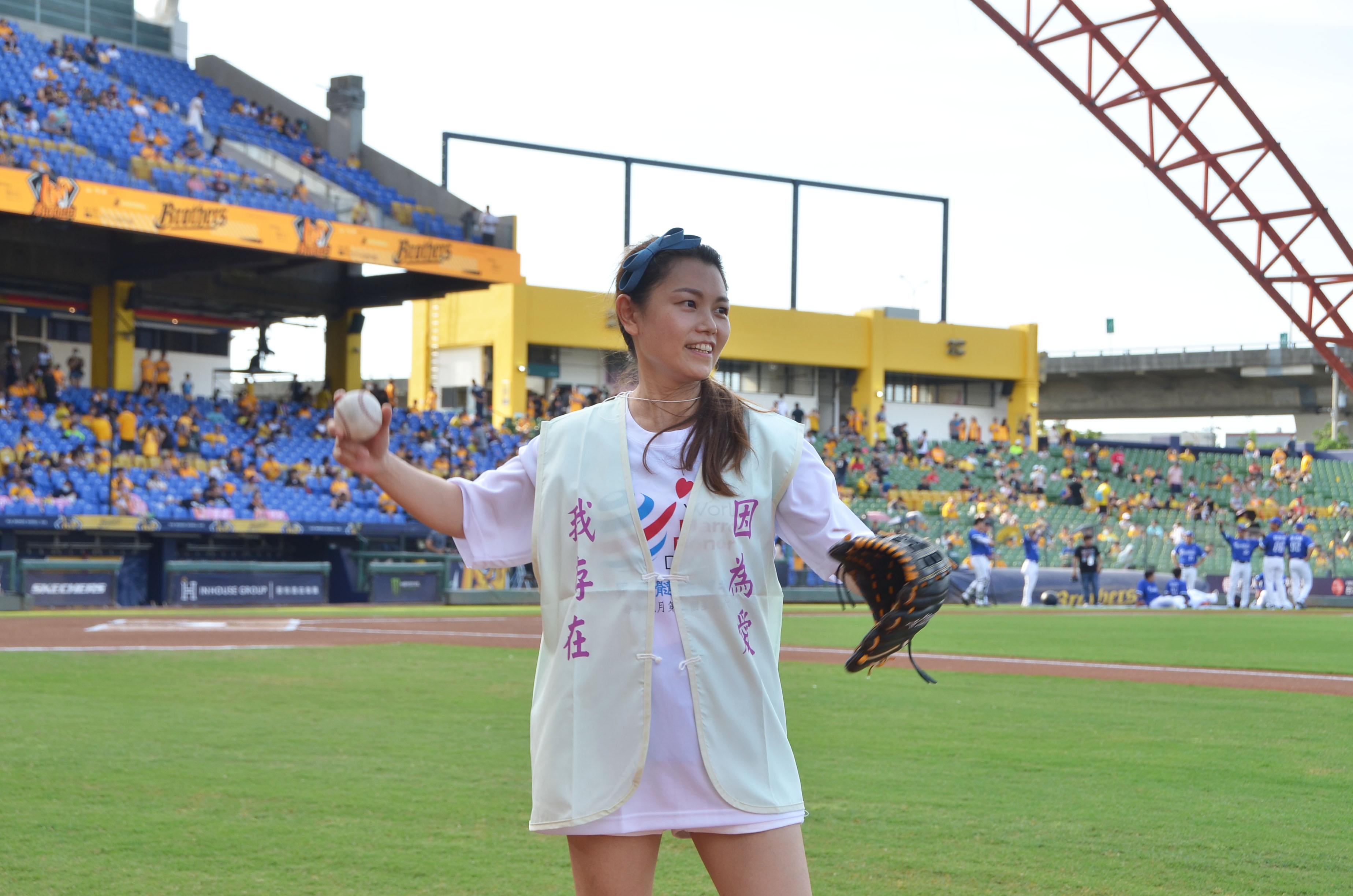 7月11日重獲新生的受贈者李亞倪開球。