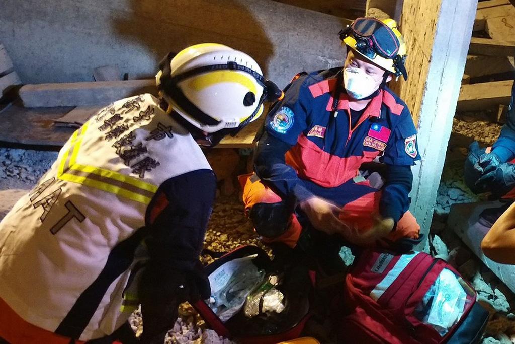 模擬發生地震災害,出班搶救傷患生命的情景。