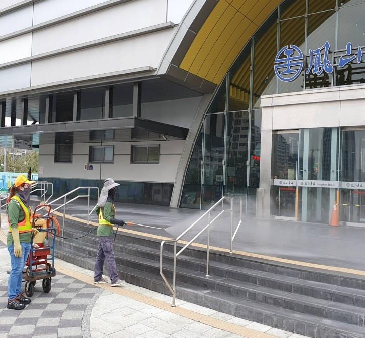 高雄市防疫消毒大隊針對交通場站出入口進行消毒。
