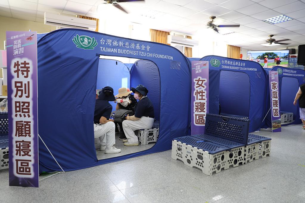 有鑑於0206花蓮大地震後收容中心的狀況,慈濟基金會積極設計福慧帳棚,希望讓收容災民能有隱私空間,特別於現場使用。