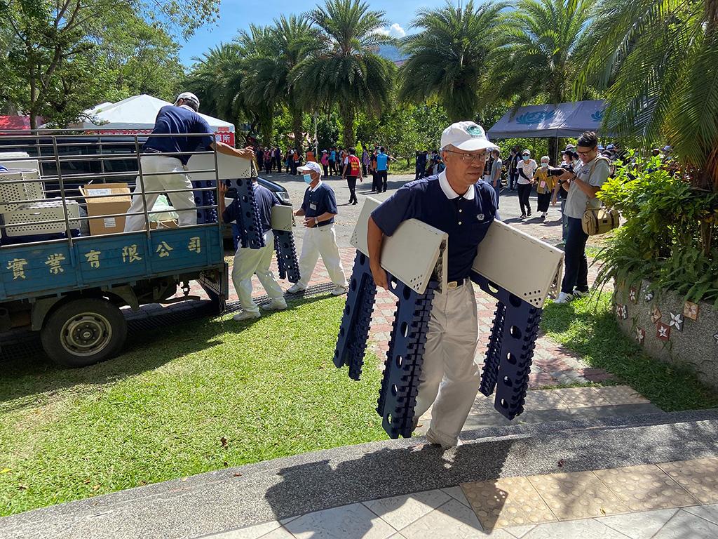 慈濟基金會配合進行災民收容演練,並於警報發布後才進行災區備場等,志工們迅速搬運器材,盡快完成安置區域。