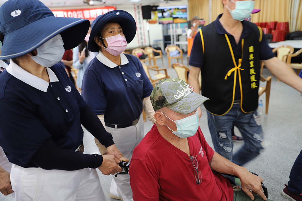 志工們於現場提供膚慰與協助,也協助地震後室內民眾移到建築物外。