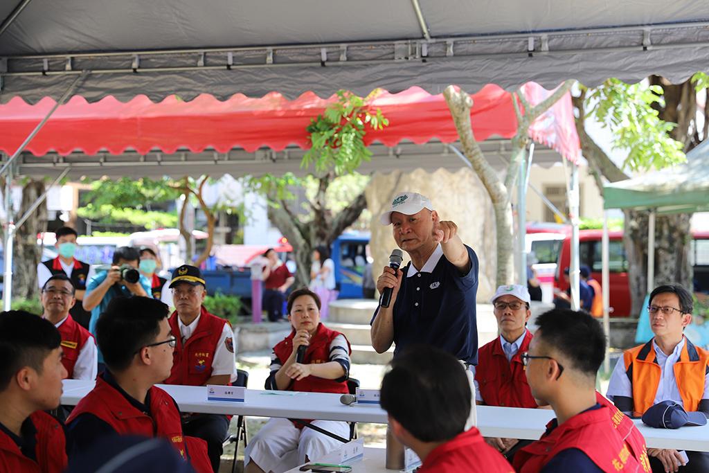 慈濟志工黃國榮向指揮官報告慈濟基金會準備的情形。
