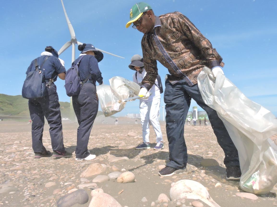 南非聯絡辦事處代表麥哲培(Representative Mr. Seraki Matsebe)表示,很開心二度與慈濟合作,以做環保的方式來共同紀念曼德拉日。