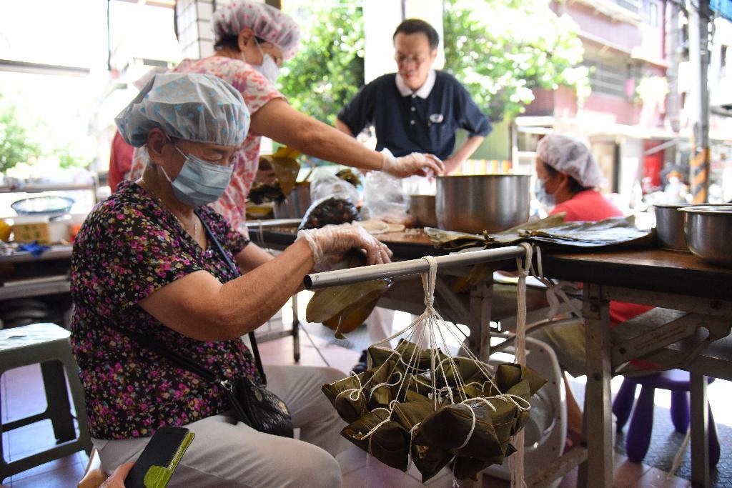 與慈濟志工學習製作素粽,除了連絡里內感情,也希望藉由推動素食,長養慈悲心,也祝福此波疫情早日消弭。